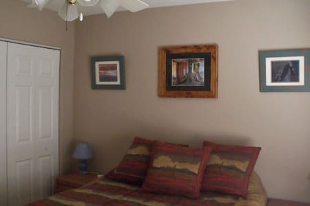 comfy spare room and bath - Lake Havasu City - House