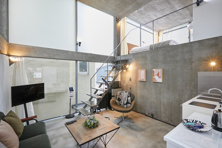 Chic Glass Studio in Shinjuku area w/Loft Bedroom