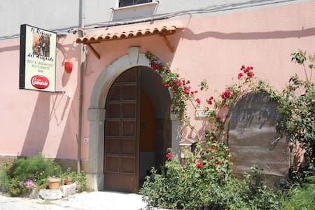 Charming old villa by the woods. - Filignano - Bed & Breakfast