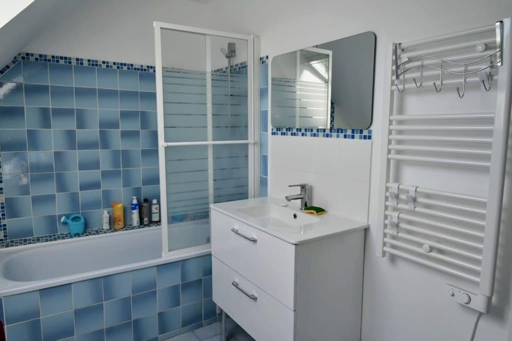 Salle de bain équipée, baignoire, machine à laver le linge, chauffe serviettes...