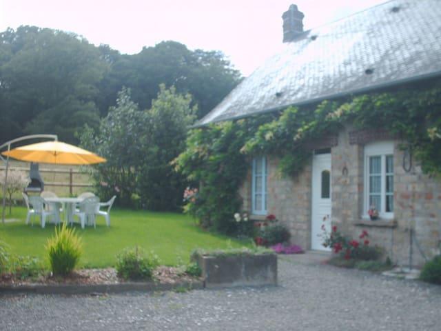 Maison entourée de champs et forêt - Bagnole de l'Orne Normandie - Huis