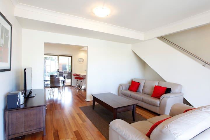 Unwind at Adelphi luxury apartment - Glenelg North - Wohnung