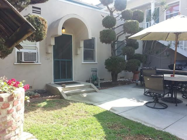 Small backhome safely nestled in a quiet neighborhood Long Beach community.