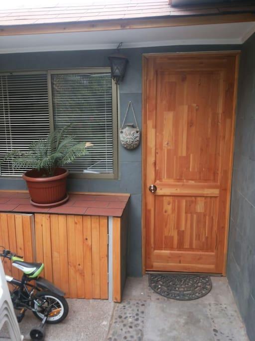 la entrada al dormitorio es exterior e independiente