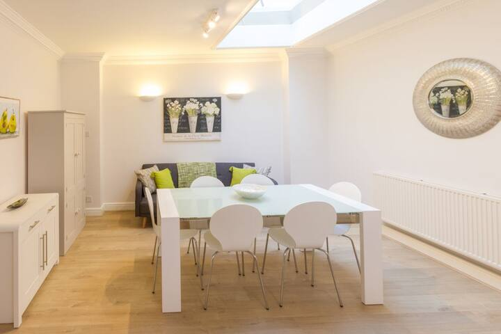 Darlington's. Stylish 2 bedroom property in central Bath with private parking for 2 cars