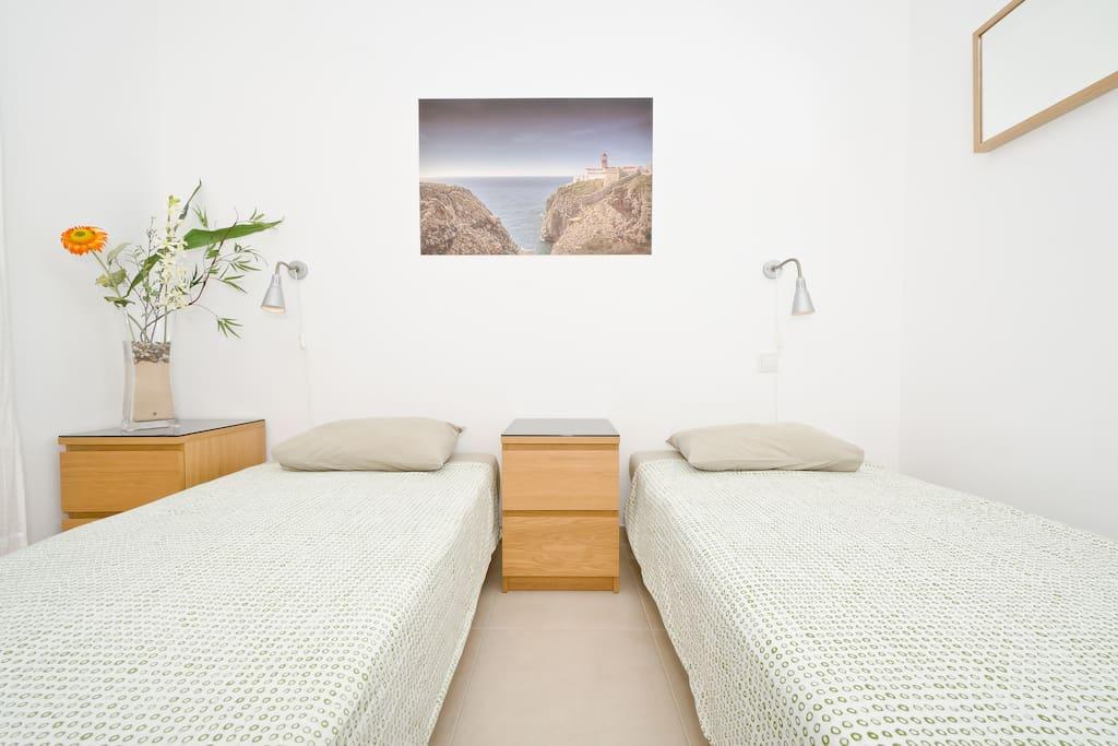 1 Bedroom w/ 2x singles