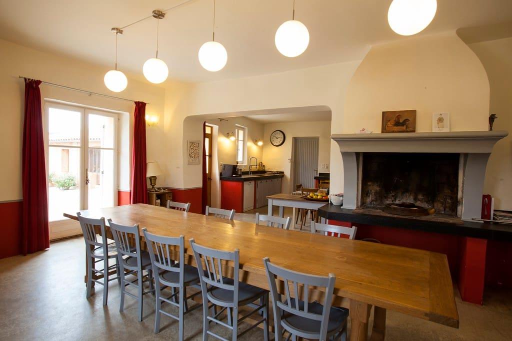 Une grande cuisine - salle à manger entièrement équipée , pour une convivialité chaleureuse