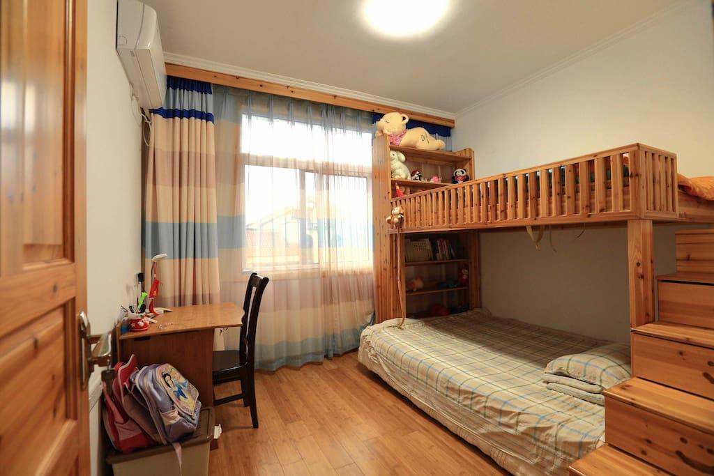 10平米。实木床无席梦思,上床宽1.2米,下床宽1.5米。