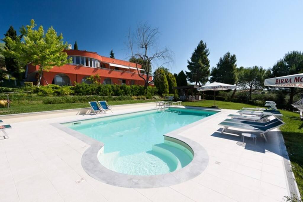 piscina con idromassaggio e giardino