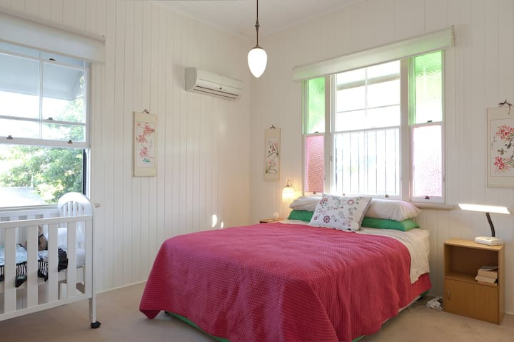 4-5 bedroom, 2.5 bathroom renovated Queenslander - West End - House