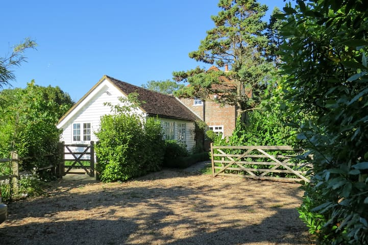 Rose Cottage private annexe, country views, garden