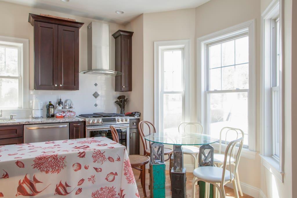 Kitchen - round breakfast table in bay window