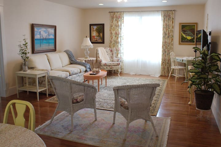 New  1 BR Furnished Guesthouse in Warm 840SF