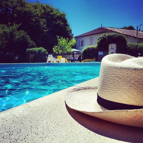 Au Domaine Bardon Gite  6 p piscine - Chaunac - Huis