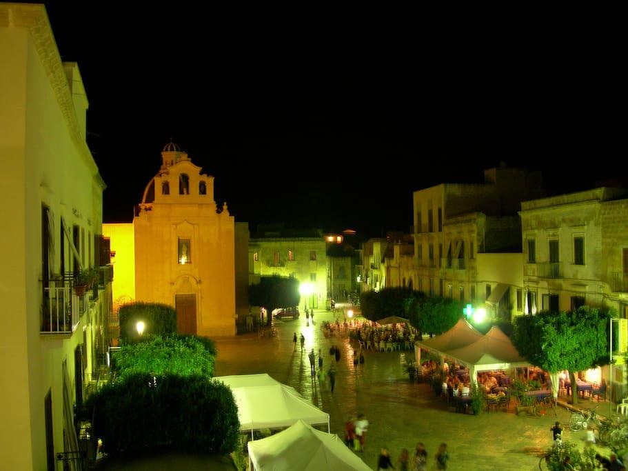 Vista notturna della pedonale piazza matrice