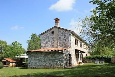 Rustic house in Višnjan for 4 - Višnjan - House