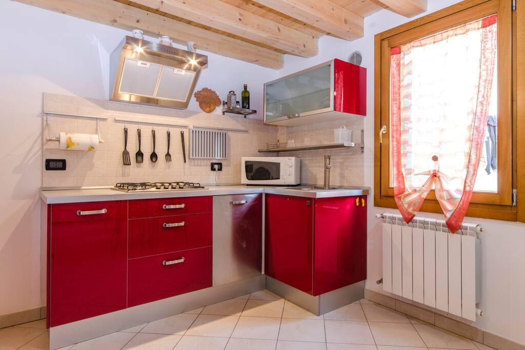 fully-equipped kitchen (fridge, electric oven, dishwasher).