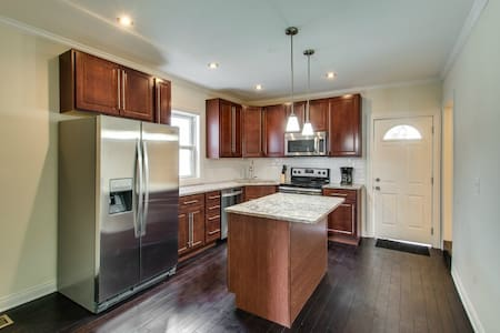 Room type: Entire home/apt Property type: Townhouse Accommodates: 12 Bedrooms: 5 Bathrooms: 2