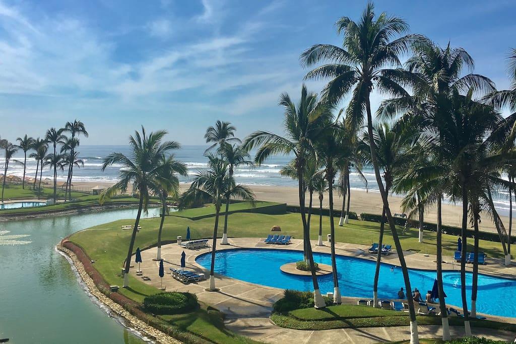 vista a la playa y albercas desde nuestra terraza