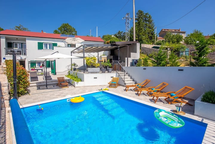Holiday villa with pool and a fantastic sea view