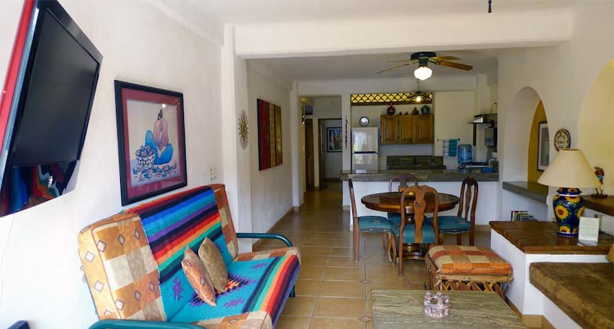 Jeff was fast and kind all the time! The place is peacefulc, clean and has everything You need in a beach condo! a lot of good things and places are really near! Very good opción! Thanks!