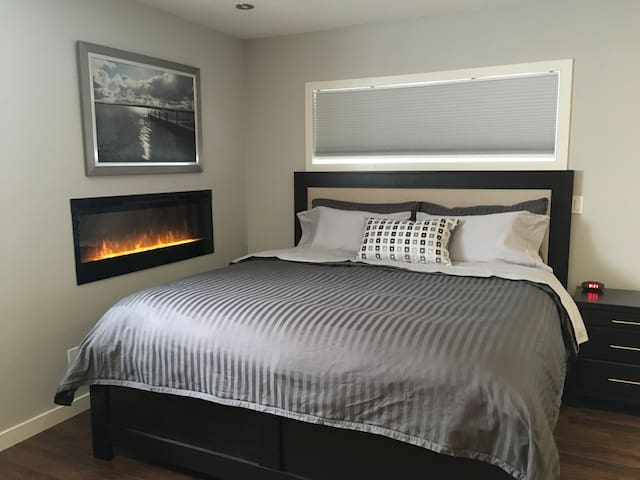 Kind size bed, electric fireplace