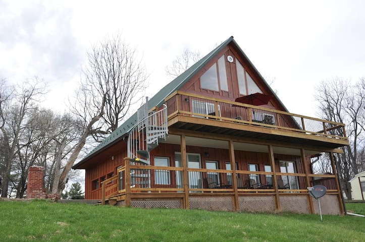 Villa with majestic views of the Monocacy River!