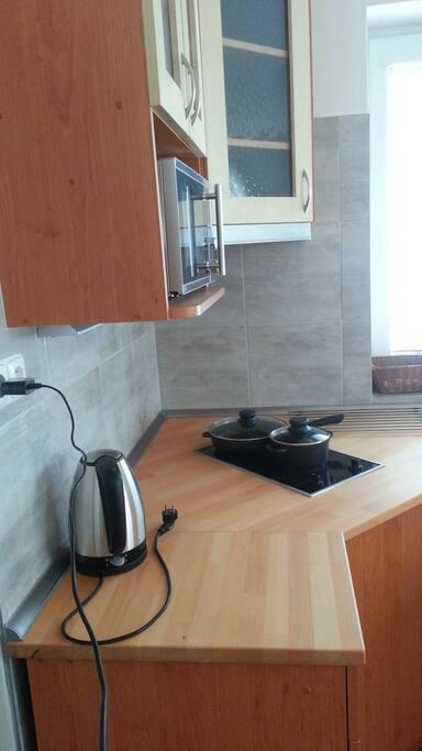 Kuchyňská linka se spotřebiči - mikrovlnná trouba, varná konvice, elektrická varná deska