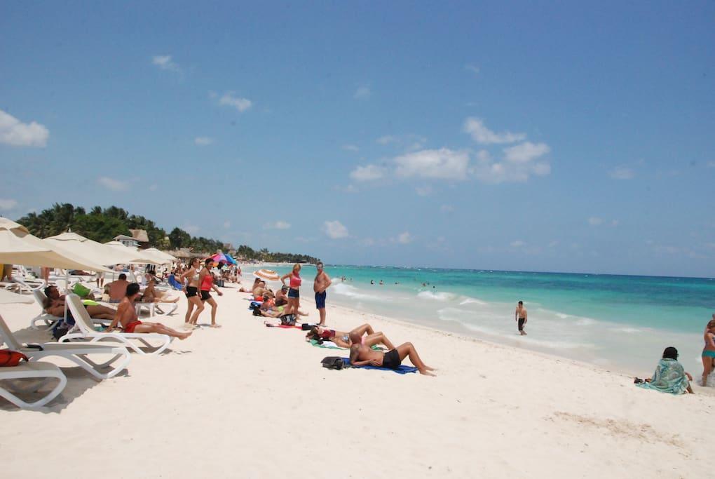 mamitas beach , solo a una cuadra de distancia