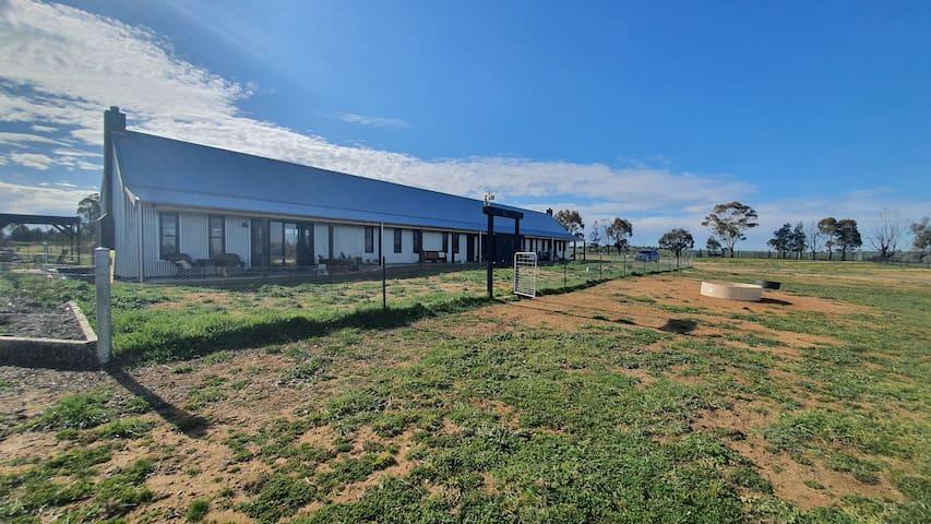 Yass Tiny Farm - Offgrid Luxury Farmhouse Suite