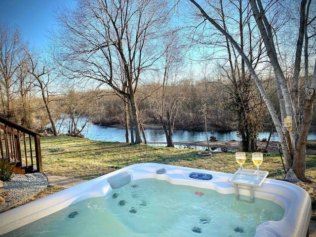 NEW HOT TUB! The Nutty Squirrel RIVER House