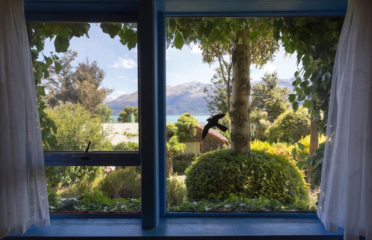 From this window you can see the garden, the lake of Wakatipu and the mountain.