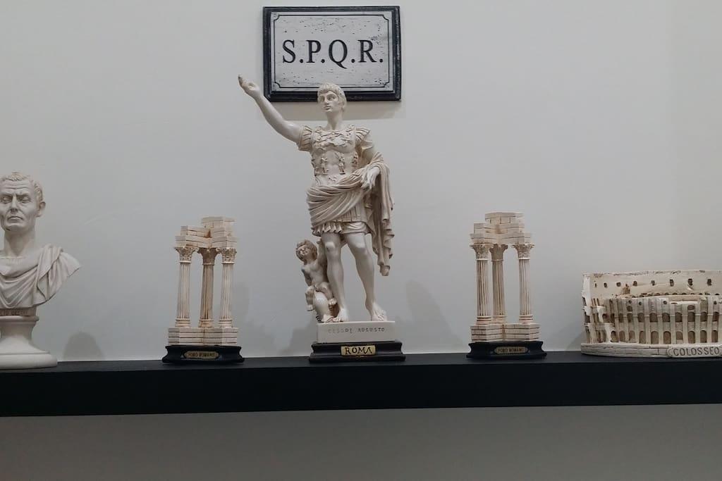 Mensola super all'ingresso di Casa Mike al Vaticano! Bighe, Fori, Giulio Cesare e Cesare Augusto ad accogliere i suoi ospiti con saluti romani