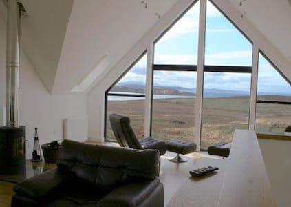 5 star Locholly Luxury Cottage with Hot Tub - Achiltibuie - Hus