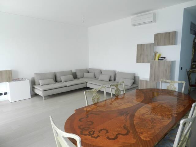 Huge Attic 3 Bedrooms Big Terrace with Sea View - Ospedaletti - Apartamento