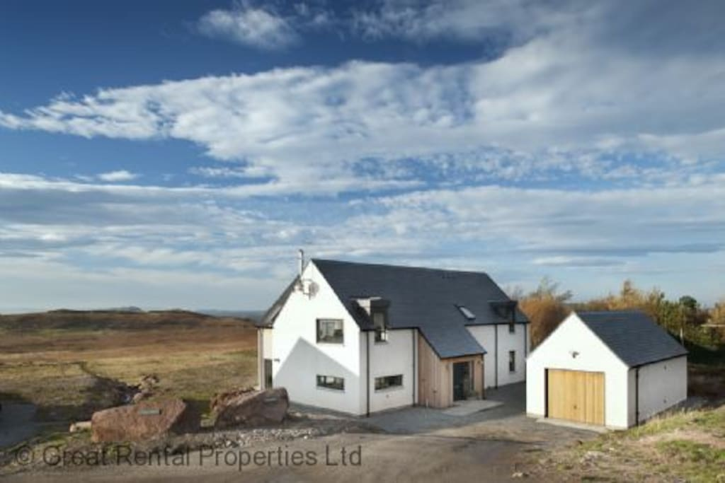 Beautiful modern Cottage in the scenic Scottish Wilds