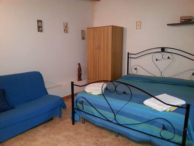 camera da letto matrimoniale climatizzata e divanoletto matrimoniale