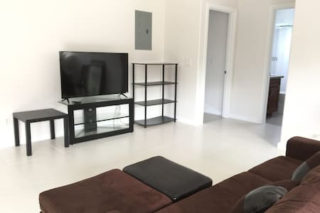 Honolulu private room nearby airport! - House