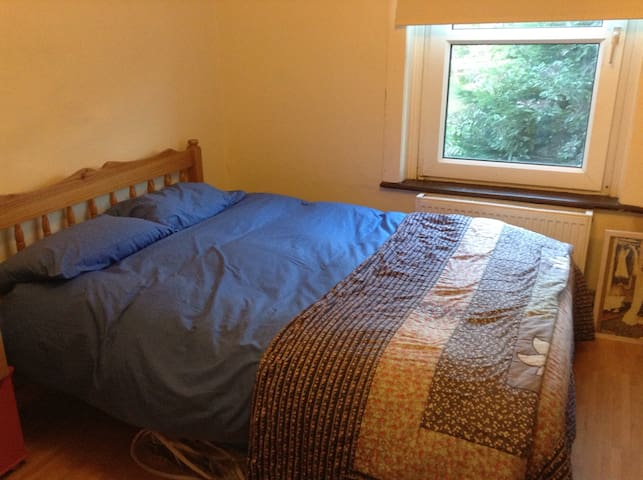 Double room in a family home. Free parking.