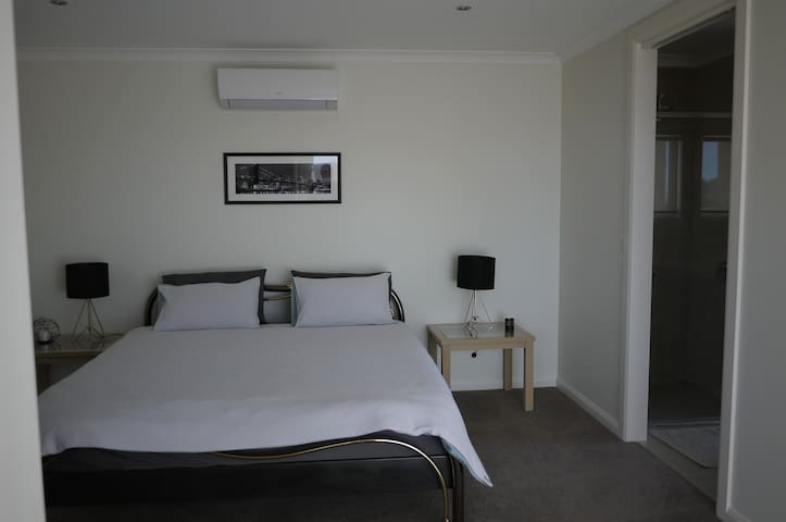 New comfortable self-contained unit in Highton - Highton - อพาร์ทเมนท์