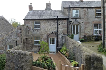 Quirky Detached Cottage on 4 Levels - Winster