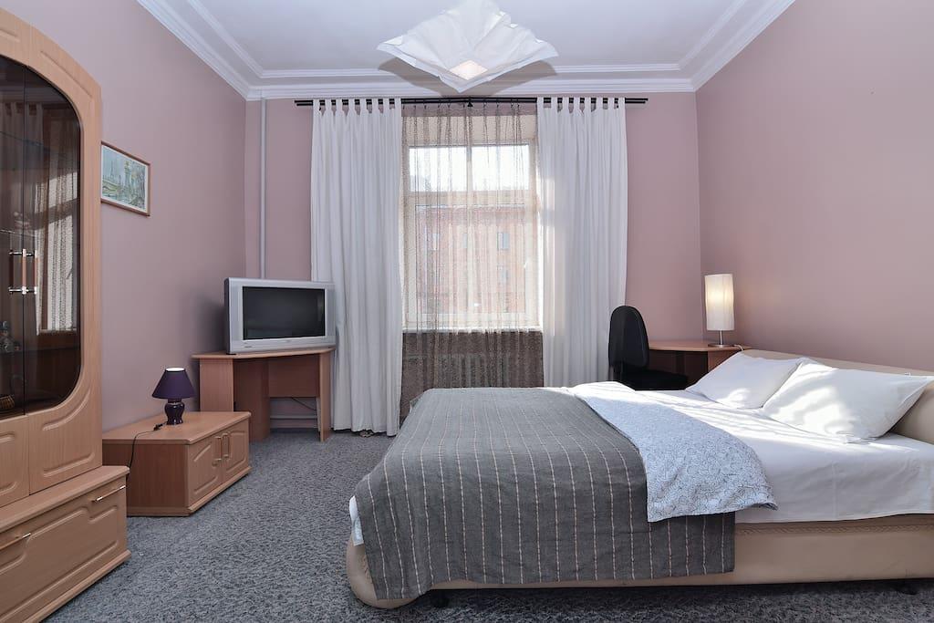 Гостиная с большой кроватью