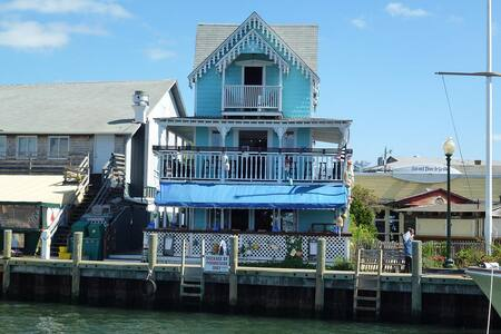 WATERFRONT PENTHOUSE OAK BLUFFS