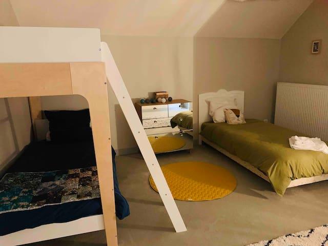 Chambre 1 / 3 lits adultes ou enfants. 1er étage