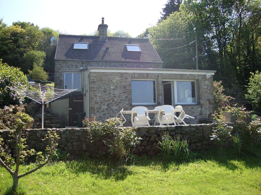 jolie terrasse avec mobilier de jardin et barbecue