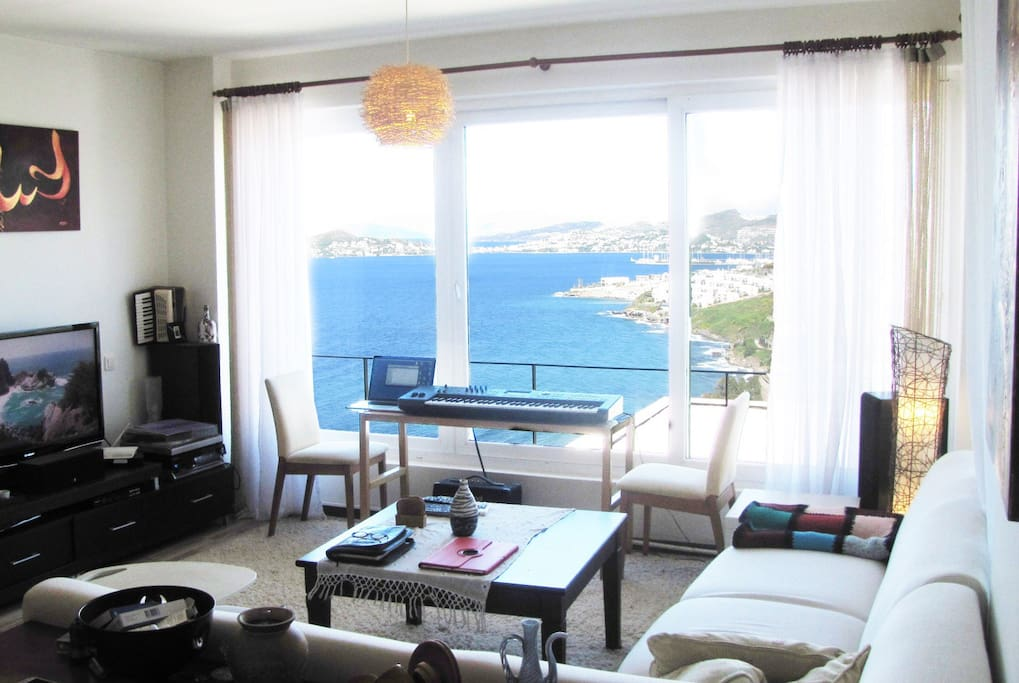 The main living room with an amazing sea view