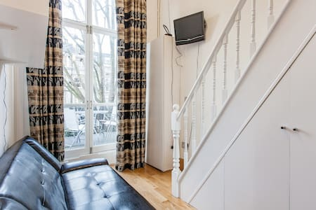 Amazing Location by Hyde Park! Cosy Mezzanine Studio Apartment with Beautiful Terrace on 1st Floor. Newly Refurbished Sleeps 3. Free High Speed WIFI. Fresh Linen/Towels. Equipped Kitchenette & En-Suite. Laundry Facilities. Excellent Transport links.