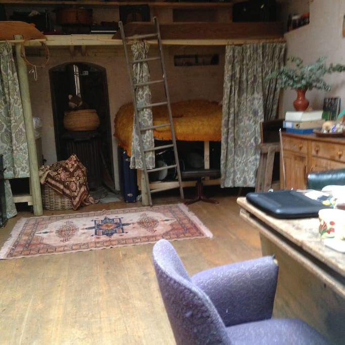the great thing about the coach house is that it is so versatile.> From the beds you see behind the curtains  two double beds appear!!!