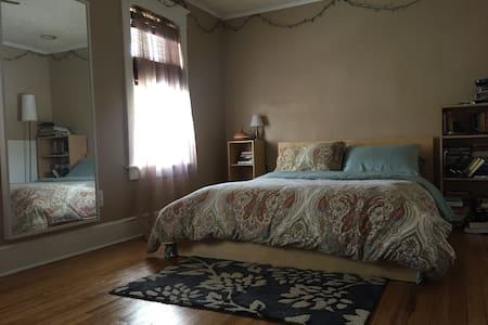 Cozy and Simple Large Room in Beautiful Home - Binghamton - Hus
