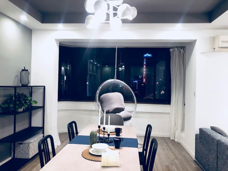 餐厅及阳台外的景色,这样的夜色浪漫和食欲大增
